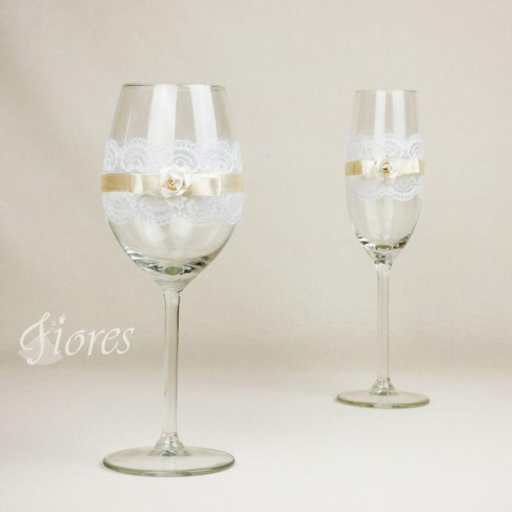 """Svadobné poháre """"Romance 2""""  jedinečná a my túžime, aby ste sa tak cítili v každej maličkosti. Vytvorili sme pre Vás tento svadobný pohár, ktorý nemusí zostať iba kusom skla, ale verte či nie dokáže o Vás veľa vypovedať."""