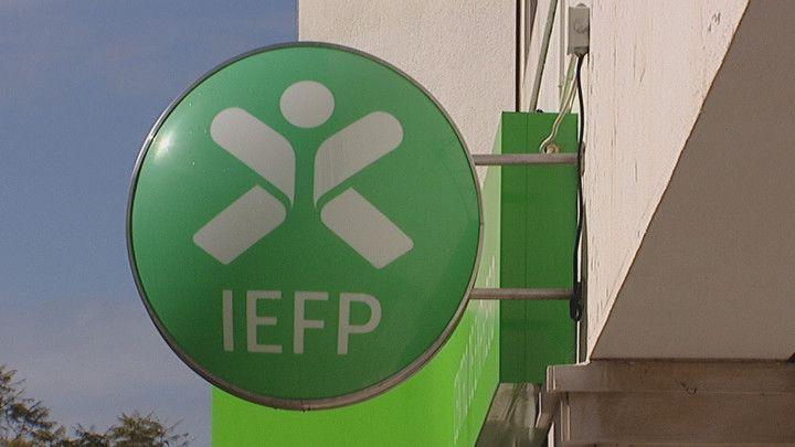 As empresas que contratarem desempregados inscritos há seis meses consecutivos no Instituto de Emprego e Formação Profissional (IEFP) vão receber 3.791,88 euros por cada contrato sem termo, no âmbito da medida Contrato-Emprego publicada esta quarta-feira em Diário da República.