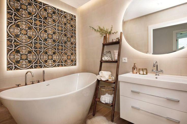 Łazienka w bieli z dekoracyjną ścianą fot. Przemysław Kuciński #łazienka #biały #biel #ściana #dekoracje #lustro #wanna #bathroom #mirror #glamour #white