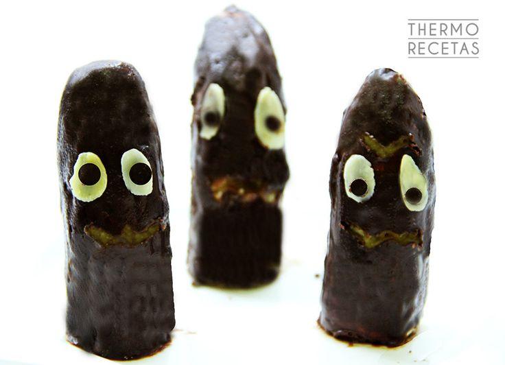 Terroríficos fantasmas de plátano y chocolate - http://www.thermorecetas.com/2014/10/20/terrorificos-fantasmas-de-platano-y-chocolate/