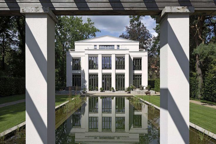 Klassisch profilierte Atelierfenster eröffnen einen wunderbaren Ausblick auf Gartenanlage und Teich