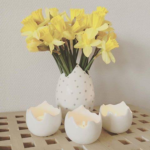 Foråret er på vej, og det nyder vi med en kop kaffe og synet af smukke påskeliljer i den fine prikkede vase og hyggelige fyrfadsstager fra Bloomingville