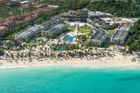 Royalton Punta Cana  Wie van eindeloze stranden moderne luxe en van lekker eten houdt gaat in hotel Royalton Punta Cana een mooie tijd tegemoet. Loop direct vanuit de hoteltuin het prachtige strand op dat van de Dominicaanse Republiek zo'n geliefde vakantiebestemming maakt. Maak een mooie strandwandeling en drink bij terugkomst een koel drankje. Sluit een dag duiken of snorkelen bij het koraalrif af met de zwoele beachparty van Punta Cana. En van hoeveel waterglijbanen wil jij af?…