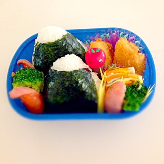 幼稚園の預かり保育に行く息子のお弁当です✨ ・ツナマヨおにぎり ・いもフライ ・ブロッコリーとソーセージのハーブソルト炒め ・チーズと青紫蘇の卵焼き 写していませんが、デザートにデラウェアです 今日も元気に過ごせますように〜 - 17件のもぐもぐ - 息子のお弁当 by tahi