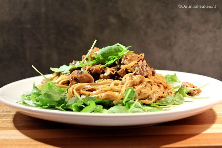 Recept   Pasta met truffel, paddenstoelen en kip - er zijn maar weinig mensen die je er niet gelukkig mee maakt.