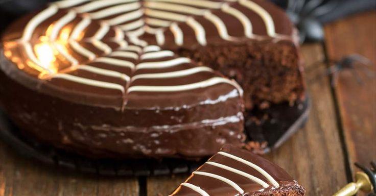 Aprende a preparar Tarta telaraña de chocolate para Halloween con las recetas de Nestle Cocina. Elabórala en casa con nuestro sencillo paso a paso. ¡Delicioso! #NestleCocina