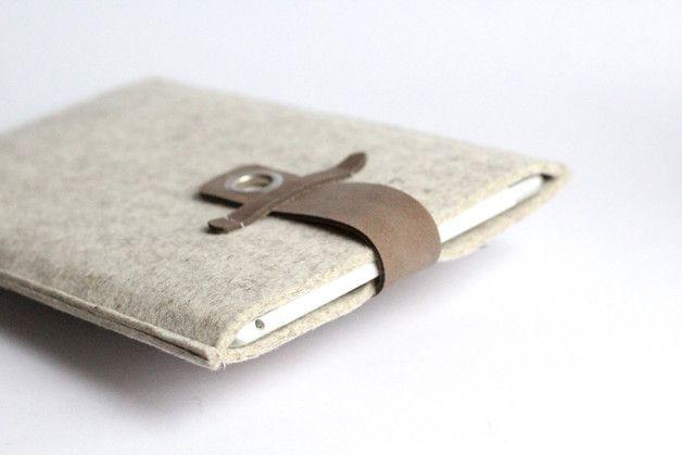 Diese schlichte iPad Hülle schützt dein wertvolles Gerät vor Schmutz und Kratzern und transportiert zusätzlich dein Ladegerät und einen Stift ganz lässig. Geschlossen wird es durch die Lasche mit...