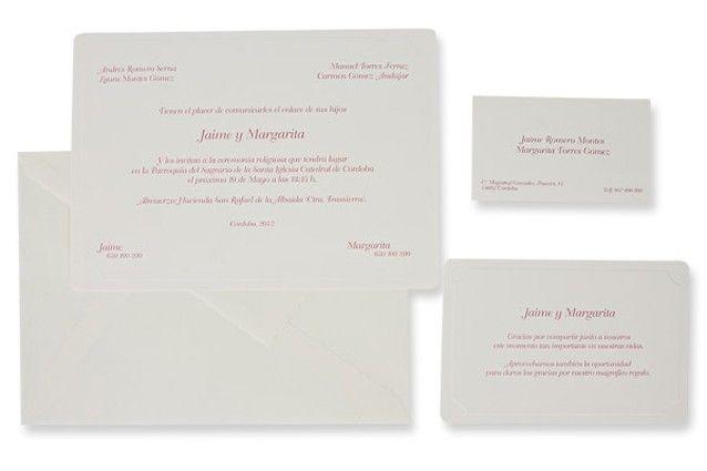 Sobria y sencilla invitación de boda en formato tarjeta, realizada en cartulina de color crema con un fino marco en relieve. Se completa con un sobre color crema incluido en el precio.