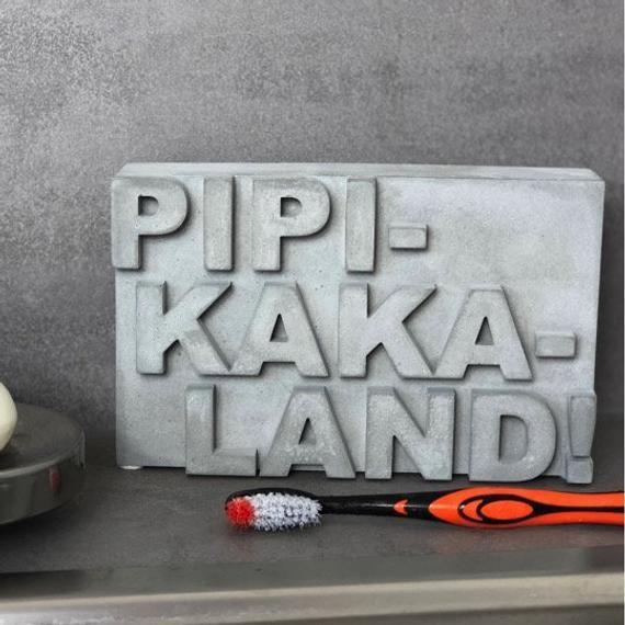 Pipikakaland! Baddeko,Geschenk Mütter Väter Eltern, Material: Beton (grau) oder Sandsteinguss (altweiß)