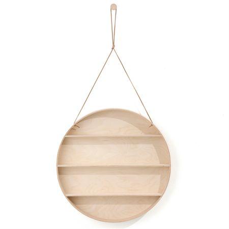 The Round Dorm hylla från Ferm Living. Varför ska en hylla stå stadigt på golvet? Denna hylla är elegant, unik och kombinerar funktion med design. Hyllan är rund och liknar en spegel till utseendet men istället för spegel finns hyllor för förvaring. The Round Dorm passar i alla hem och är tillverkad av bok, björk plywood och hänger i ett lädersnöre och levereras med en bok krok.