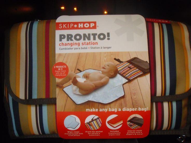 Fasciatoio Portatile Pronto SkipHop, impermeabile, con scomparto porta-pannolino, tasche interne, senza BPA e Ftalati. Euro 45, in diverse fantasie.