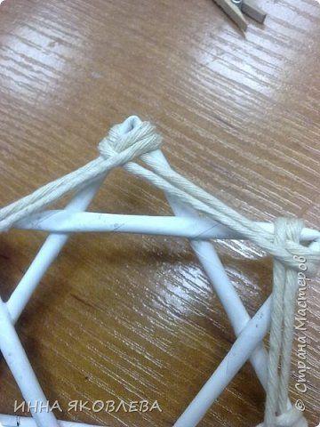 Хочу напомнить стародавний способ изготовления звездочек путем обматывания.  Нам понадобится: -веревка (можно джутовая) -бумажные трубочки -клей -бусинки для украшения фото 7