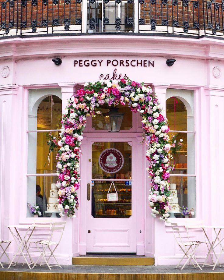 London is... ...a pink fairytale!  #london_is  Yesterday I discovered amazing new places around Chelsea and South Kensington! Go and check my walk around those two neighborhoods on snapchat!  a_ontheroad ---------  Quel plaisir de déambuler dans les rues de Chelsea et South Kensington! Retrouvez ma ballade d'hier sur Snapchat!  a_ontheroad by a_ontheroad