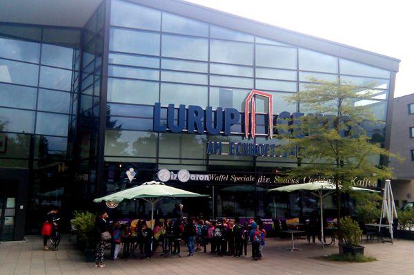 Lurup hat 19 Kindergärten, 4 Grundschulen, 28 Ärzte, 12 Zahnärzte und 6 Apotheken. In Lurup leben weniger Arbeitslosen als in Köln, Dortmund oder Düsseldorf