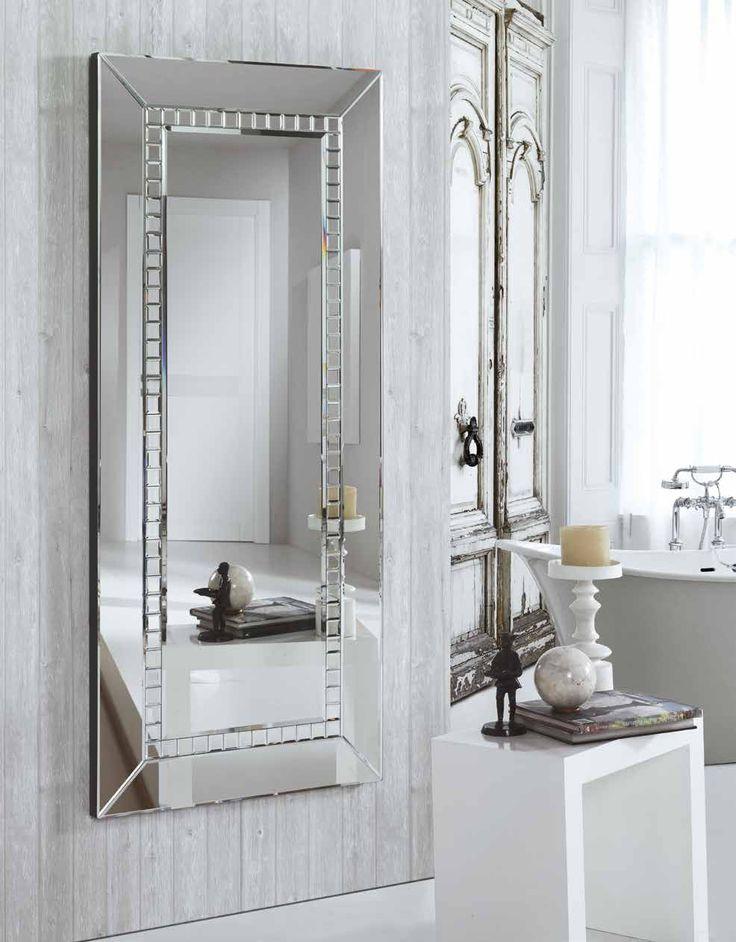 Con unas medidas de 160x70x6 cm este espejo moderno de estilo nórdico es perfecto para mirarte de cuerpo entero. Si necesitas ayuda de cualquier tipo en nuestra tienda de muebles en Madrid te aconsejamos en todo a lo referido con el interiorismo moderno y actual.
