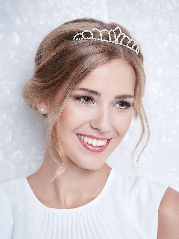Eine Brautfrisur mit Diadem ist ein echter Hingucker. Dazu die passenden Ohrringe, ein dezentes Braut-Make-up - und fertig ist der romantische…