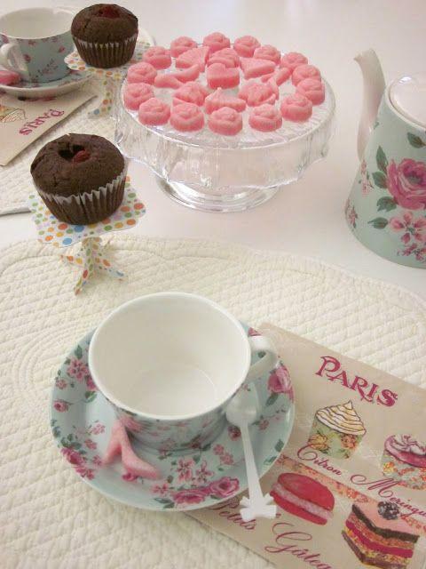 Ho sempre odorato usare le zollette di zucchero decorate, per dolcificare il tè del pomeriggio.    Quando ho visto sul web, che potevo in pochi minuti ottenere un prodotto buono e simile a quello tanto blasonato francese, mi sono subito messa all'opera.   Farle è davvero semplice, vi occor