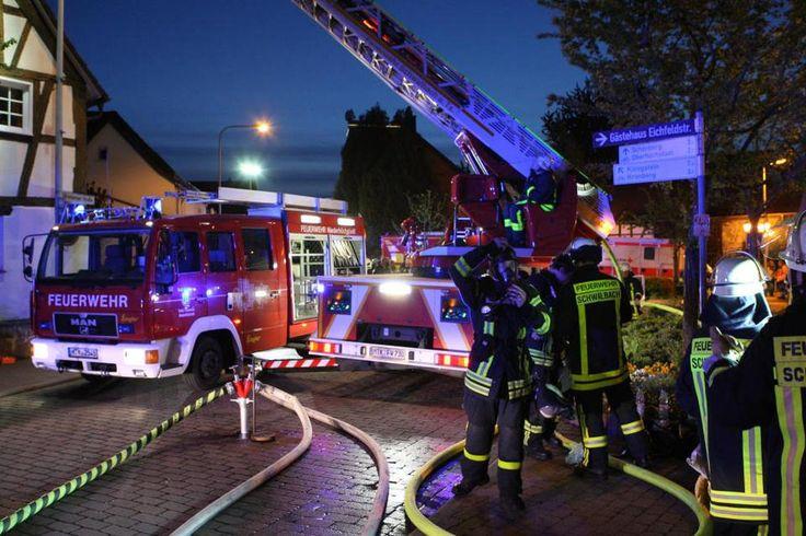 Das bekommen Feuerwehren immer wieder zu hören: Nach ihrem Einsatz sei ein Gebäude ihretwegen unbewohnbar. Das Löschwasser habe mehr Schaden angerichtet als die Flammen. Man solle doch mit Schaum löschen, um den Wasserschaden gering halten, fordert ein Außenstehender. Das sei Unsinn, sagt die Freiwillige Feuerwehr.
