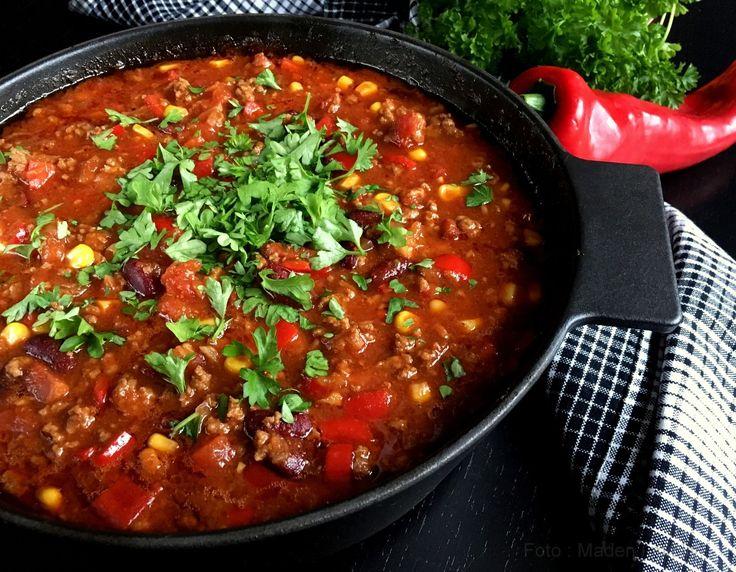 Bedste opskrift på den lækreste chili con carne - i ovnen, hvor gryden passer sig selv i 2,3 eller 7 timer. Resultatet er en fantastisk og smagfyldt chili.