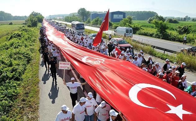 Die türkische Fahne des Gerechtigkeitsmarschs hat eine Länge von über 1000 Meter