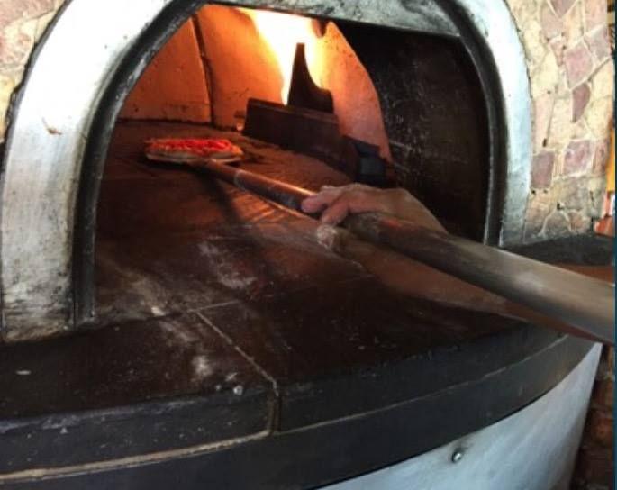 ¿No se te antoja una Pizza de Pepperoni, hecha en un horno de leña?  ¡Ven a probarla con nosotros!