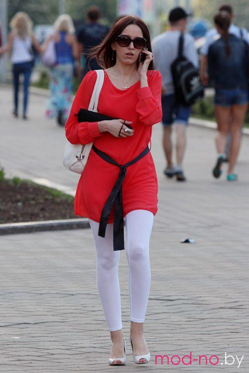 Уличная мода в Минске. Жаркий май 2013 (наряды и образы на фото: чёрный пояс, красная туника, белые босоножки, белые легинсы, солнцезащитные очки)