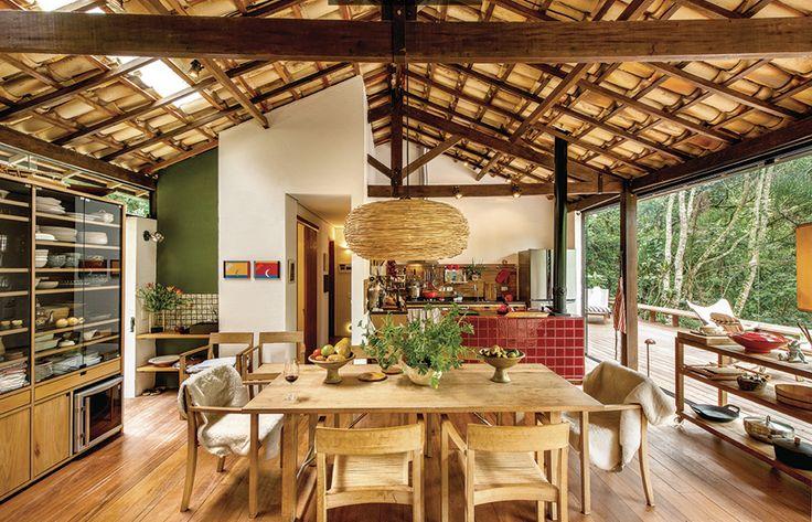 Um belo dia a arquiteta Vania Chene olhou para a estrutura de madeira de lei do telhado de uma garagem que ia ser demolida e concluiu que s...