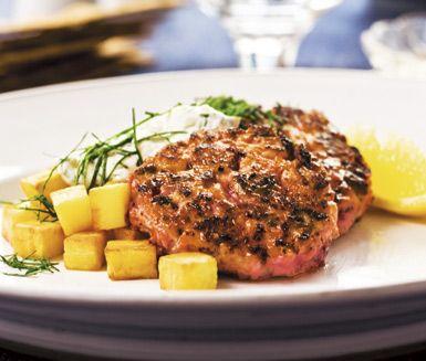 En smakrik middag finner du i detta recept på laxbiff à la Lindström. Stek röran av bland annat hackad lax, lök och senap till krispiga biffar. Servera tillsammans med potatistärningar och en crème av saltgurka, persilja och kesella.