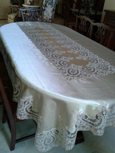 Saten masa örtüsü.