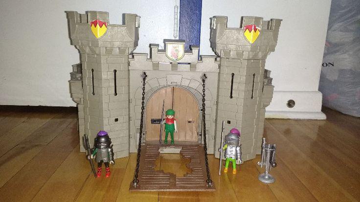 Grand Château Playmobil avec  Chevaliers et armes médiévales.    Le Château Playmobil!  Est vendu tél quel et comme  vous le voyez sur les photos.      TRÈS PROPRE!!!        Je demande 30$    Maison non-fumeur et pas d'animaux.