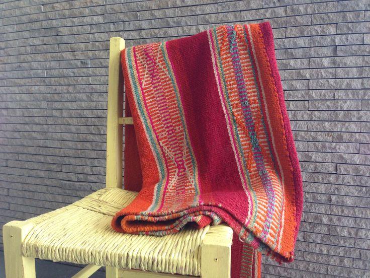Nuestras mantas son 100% lana de oveja teñida naturalmente y luego tejida a mano en telar. Perfectas para decorar tus espacios y llenar de vida y color tu casa!! #deco #home #wool #mantas #andinas #color #natural