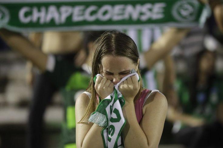 Una seguidora del equipo de fútbol Chapecoense muestra su tristeza en las gradas del estadio del equipo en Chapecó (Brasil).