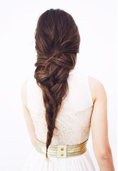 Si tienes el pelo muy largo y con volumen, puedes optar por recoger tu melena con una trenza en espiga deshecha en degradé, tal y como nos propone Juan Diego Teo para Moncho Moreno.  - WomansDaySpain.es