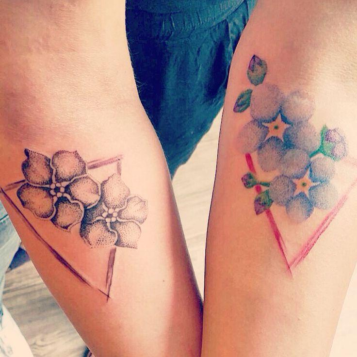 Zussen tattoo 2/3. Alledrie onze eigen tattoo, alledrie ons eigen ontwerp omdat we alledrie een eigen persoonlijkheid hebben. Wel met dezelfde elementen. De driehoek staat voor een eenheid met 3 verschillende kanten. De vergeet-me-nietjes staan voor mijn 2 zusjes. Deze plek, want nu heb ik ze altijd aan mijn zij. We worden alledrie ouder en kiezen ons eigen pad. Met deze zussentattoo weet ik dat ik, wat ik ook doe of waar ik ook ben, me niet meer alleen hoef te voelen. Zusjes voor altijd…