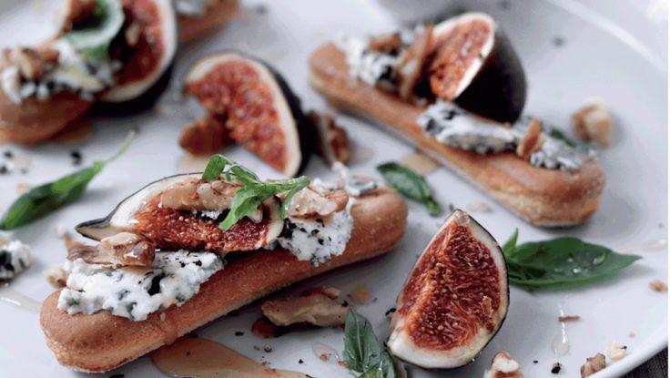 Den stærke, krydrede ost går fint i spænd med søde ingredienser som en anderledes dessertanretning. Opskriften er en af ialt 6 retter til en hyggelig juletapas
