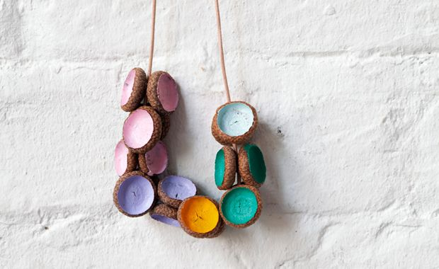 Ein verregneter Herbsttag, kein Problem. Bastelt doch gemeinsam mit euren Kindern diese wunderbar farbigen Herbstketten aus Eichel-Fruchtbechern.