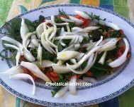 ensalada de hierbas silvestres y cebolla
