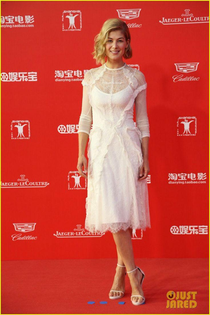 rosamund pike stuns in white at shanghai fest closing ceremony 02