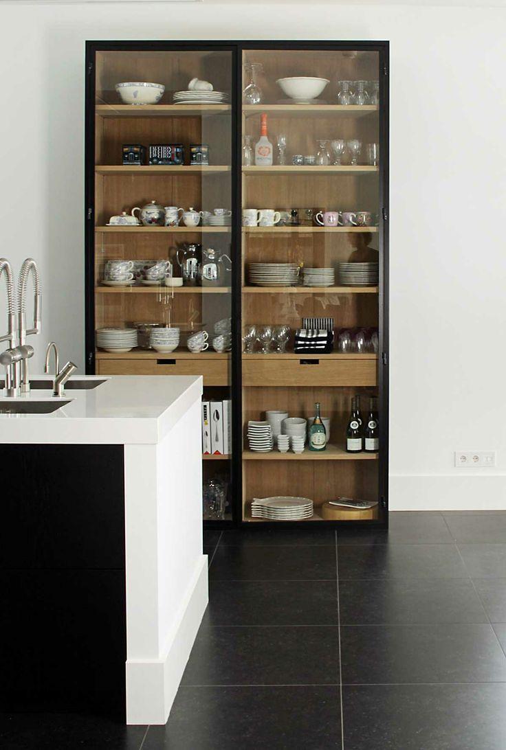 Eventueel een buffetkast met glas in de keuken - niet qua afwerking, maar als idee.