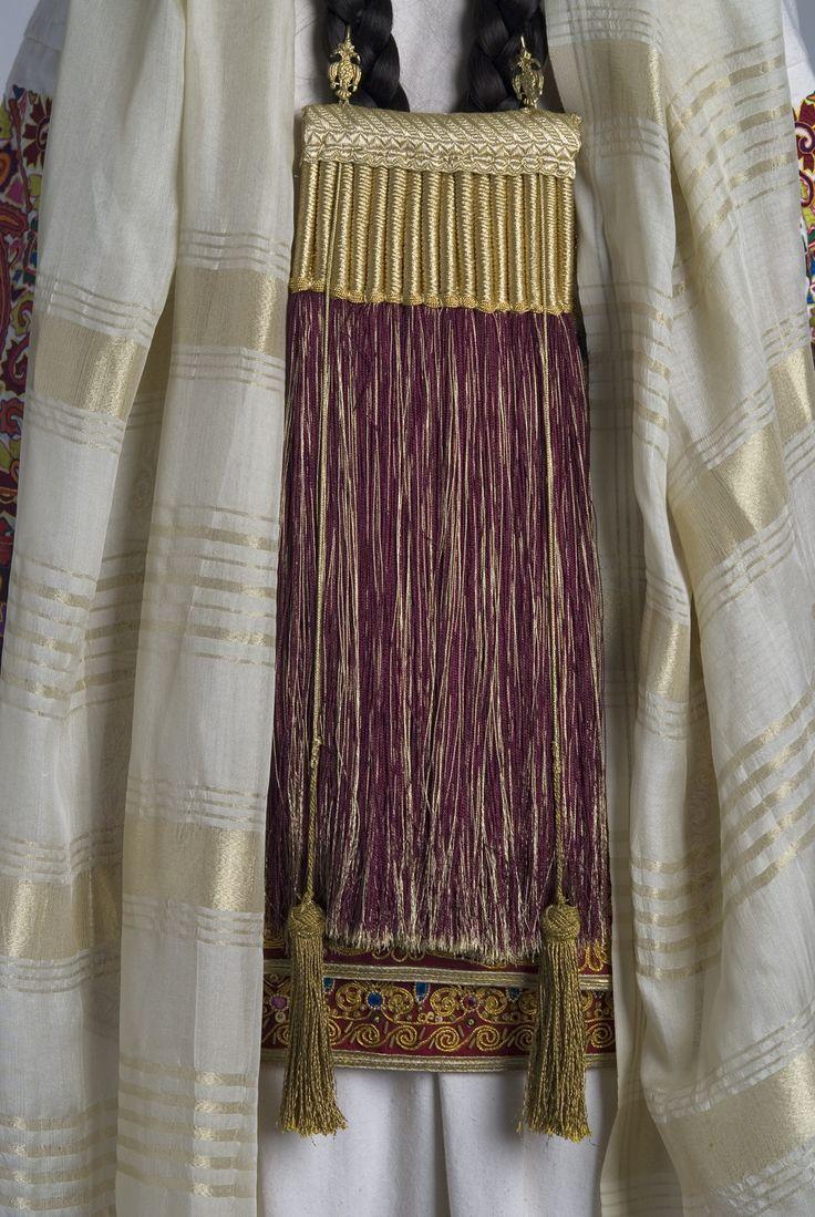 Κόσμημα Μαρουσιώτικης νυφικής φορεσιάς (1870). Πεσκούλια, τεχνητές μεταξωτές πλεξούδες με αργυρά ή χρυσά στολίδια.(τύπος κοσμήματος – στολιδιού για τα μαλλιά).