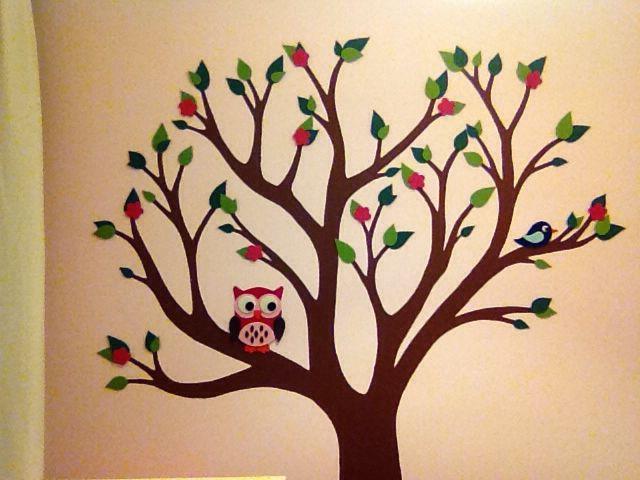 Op de babykamer wilde ik iets origineels. En dus Google-de ik me suf voor inspiratie. Een hippe uil sprak me wel aan, maar alleen dat leek me te simpel. Ik pakte het groter aan en combineerde diverse creaties die ik op internet vond in deze kinderkamerboom: een geschilderde boom met blaadjes, bloemetjes en beestjes van vilt.  Teken een boom op drie aan elkaar geplakte behangstroken, knip uit en trek om op de muur. Verf de boom en plak er van vilt blaadjes, bloementjes en beestjes in!