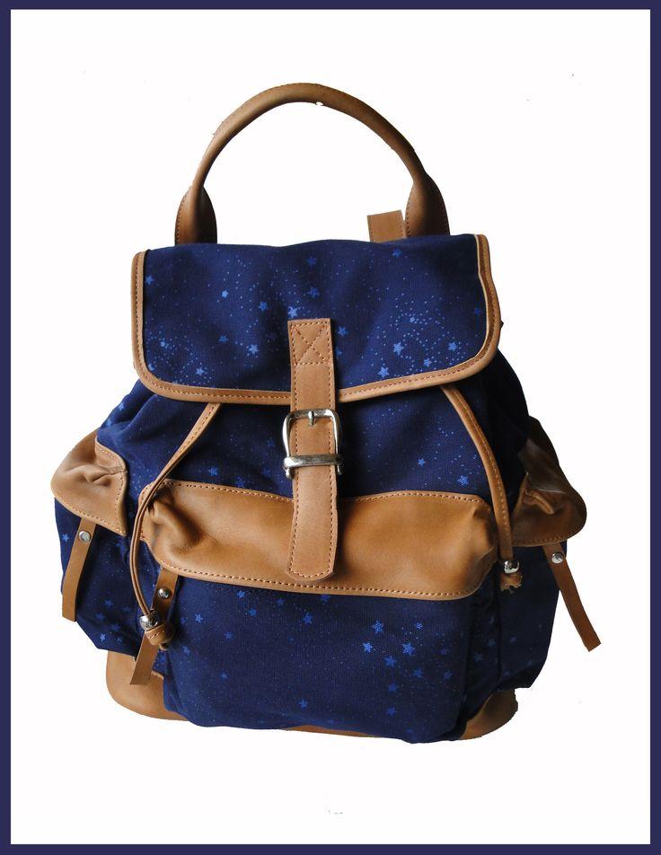 Mochila de Tela y CueroColor: Azul con estrellas celestes    Medidas: 38 x 35 x 18Tres bolsillos exteriores con cierreBolsillo interno con cierre y dos bolsillos internos sin cierre