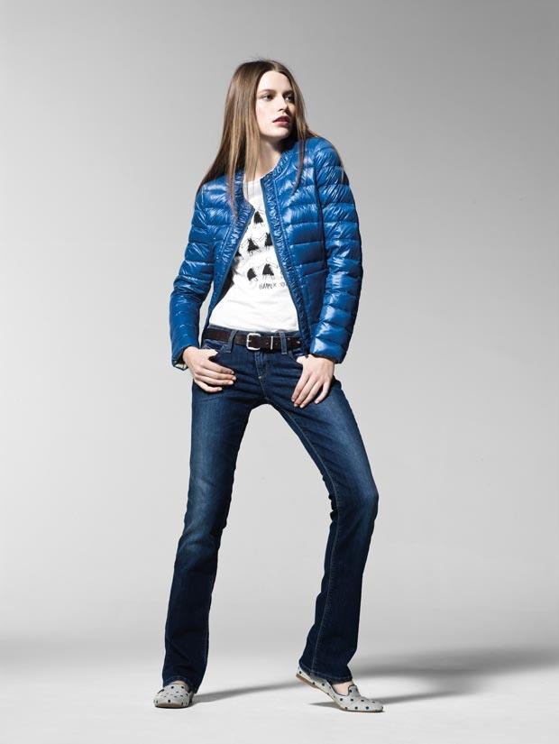 """""""In questa immagine: Piumino (2RQ 453114); T-shirt (3TM4E1G42); Jeans (4Z5ZT70Y5); Cintura (6G8ZU657S); Scarpe (8G0EB3120). Collezione Donna United Colors of Benetton primavera/estate 2013."""""""
