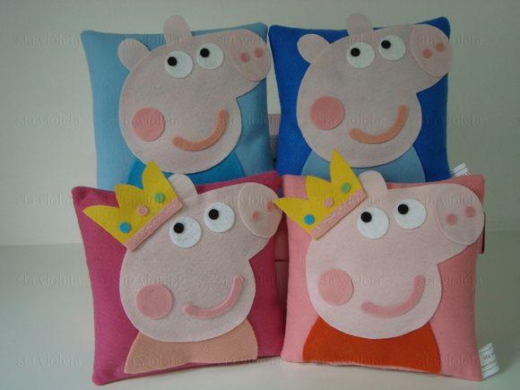 """Lembrancinha/Almofadinha Peppa Pig e George Pig  Almofadinha personalizada infantil confeccionada em feltro de 1ª qualidade, tem medida aproximada de 17x17.  Preço unitário: R$ 10,50 (cada almofadinha)  O valor anunciado é referente a quantidades acima de 30 unidades.  Fazemos a almofadinha com outras cores e temas, consulte-nos.   PRAZO PARA ENTREGA: Antes de clicar em """"comprar produto"""" consulte-nos sobre o tema desejado e disponibilidade de data da encomenda.  Todos os pedidos serão ..."""