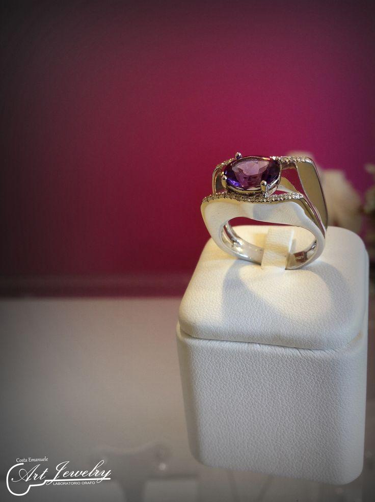 Anello realizzato in oro bianco ed impreziosito da un'ametista centrale, e da diamanti. #jewels #whitegold #amethyst #diamond #artjewelry  https://www.instagram.com/costaemanuele_artjewelry/ https://www.facebook.com/gioiellicosta/  Photo: Noemi Barolo