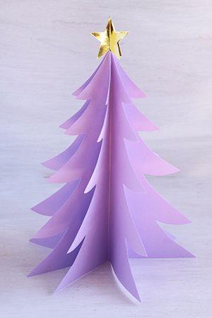 クリスマスに向けて、子どもと一緒に工作を楽しんでみませんか?紙雑貨作家*あおのさんに、画用紙などの紙素材を使ったクリスマスツリーやかわいいオーナメントの作り方を4回にわたって教えていただきます。 完成形はこちら! おうちで親子一緒に作るほか、小学生のクリスマス会の工作にもおすすめです。 第1回目は、色画用紙を貼り合わせて作る、立体的なクリスマスツリーです。ツリーに使う色画用紙はグリーンのほか、パープルや赤など好みの色でOK!子ども部屋やリビングの棚などに飾れば、おうちが華やぎます。 色画用紙を貼り合わせていくだけ!簡単クリスマスツリー 【用意するもの】色画用紙(A4)…8枚(好みの色でOK)金色の折り紙(15cm×15cm)…1枚(黄色の紙、または白い画用紙を黄色に塗ってもOK)ワイヤー(長さ5cm程度)…1本 鉛筆はさみのり 【作り方】 1.色画用紙をツリーの形に切る色画用紙を縦半分に折る。折り目が軸になるように、鉛筆でクリスマスツリーの形を半分描く(ツリーのギザギザが下に向ってだんだん大きくなるように描いてください)。描けたら、線に添ってはさみで切る。…