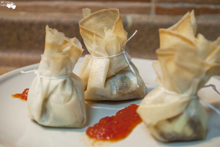 Saquitos de cebolla caramelizada con queso de cabra y nueces