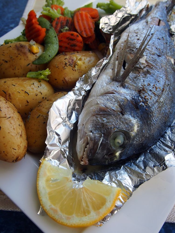 Gilt-head bream stuffed with rosemary, garlic and lemon / Dorada con romero, ajo y limón.