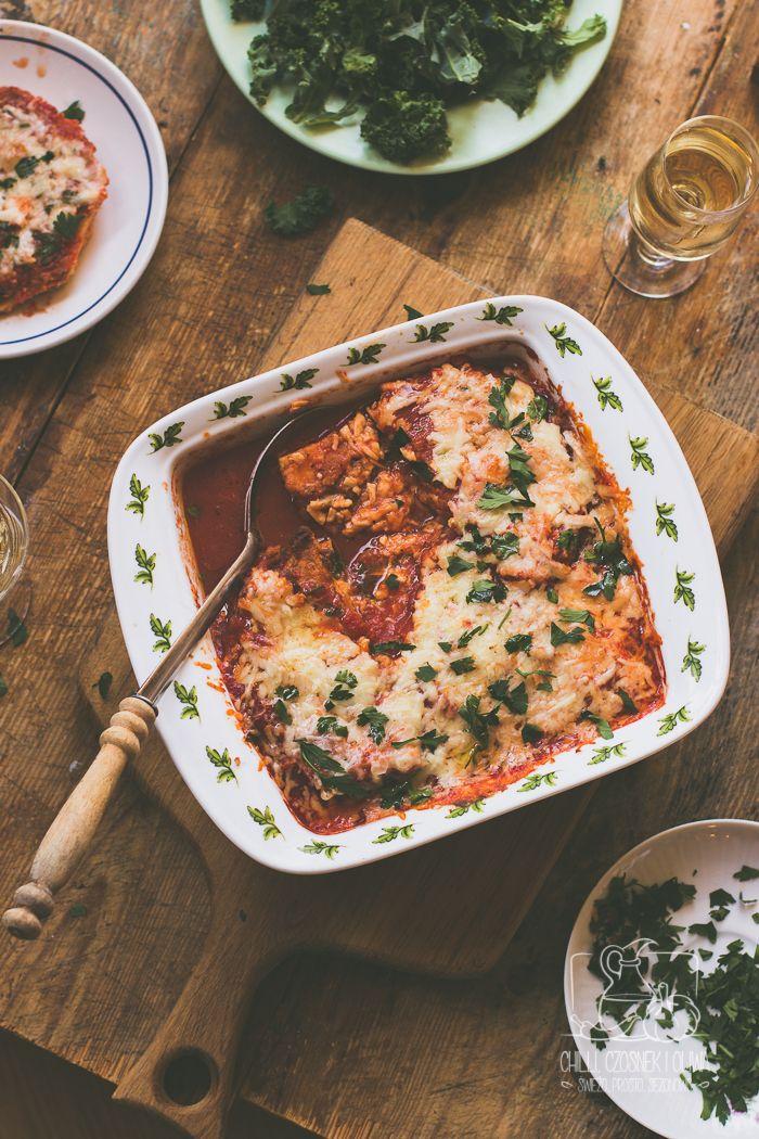 Parmigiana z selera korzeniowego, zapiekanka z serem i sosem pomidorowym