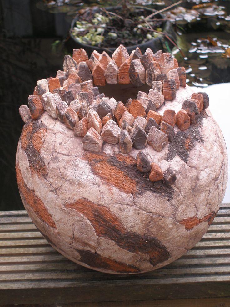 Keramiek,bol met huisjes gemaakt door Ria Jeurissen